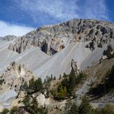 Entdecken Sie die Case déserte bei der Fahrt zum Izoard-Pass im Queyras in der Nähe von Briançon.