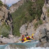 Nutzen Sie Ihren Urlaub in den Hautes-Alpes, um Wildwassersportarten wie das Rafting zu entdecken. All diese Aktivitäten sind vom Campingplatz in Guillestre aus einfach zugänglich.