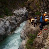 Nutzen Sie Ihren Urlaub in den Hautes-Alpes, um Outdoor-Aktivitäten zu entdecken, wie Klettersteige. Diese Aktivitäten können einfach zu zweit, alleine oder in Gruppen erlebt werden. In der Nähe des 3-Sterne-Campingplatzes La Rochette mit seinem öffentlichen Freibad und seinen Tennisplätzen.