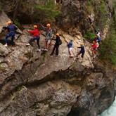 Nutzen Sie Ihren Urlaub in den Hautes-Alpes, um Outdoor-Aktivitäten zu entdecken, wie  Canyoning.  Aktivitäten, die einfach als Paar, alleine oder in Gruppen werden können. In der Nähe des 3-Sterne-Campingplatzes La Rochette von Guillestre in den Hautes-Alpes. Eine ideale Unterkunft.