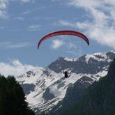 Geniet van het landschap en het uitzicht over les Hautes-Alpes tijdens uw parapente-vlucht over  Ceillac of Saint-Véran nabij Guillestre en de camping.