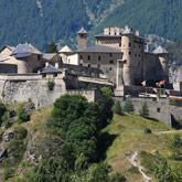 Bezoek het kasteel Château Queyras vlakbij de Col de l'Izoard in Le Queyras. Goed bereikbare bezienswaardigheden in de buurt van Guillestre.