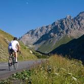 Stap op de fiets en rijd de tour de France over de mythische bergtoppen zoals l'Izoard, le Galibier en ook le Col de Vars in de buurt van camping de la Rochette in Guillestre.